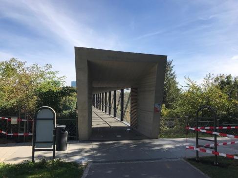 エレベータに至る通路の入り口