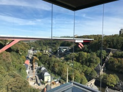 赤い橋がよく見えます