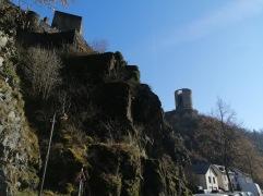 下から見上げる城の塔と望楼