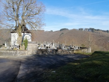 集落のお墓と礼拝堂